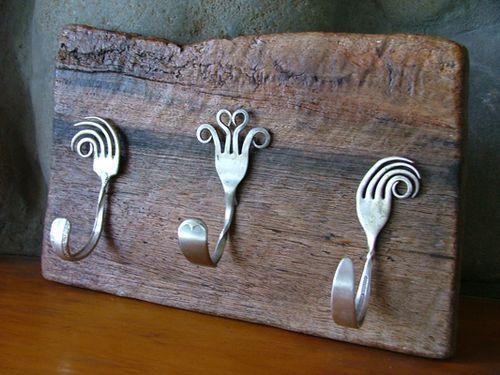 Silverware hooks on old boardCoats Hooks, Wall Hooks, Old Silverware, Coats Racks, Diy Art, Forks Art, Cool Ideas, Hangers, Crafts