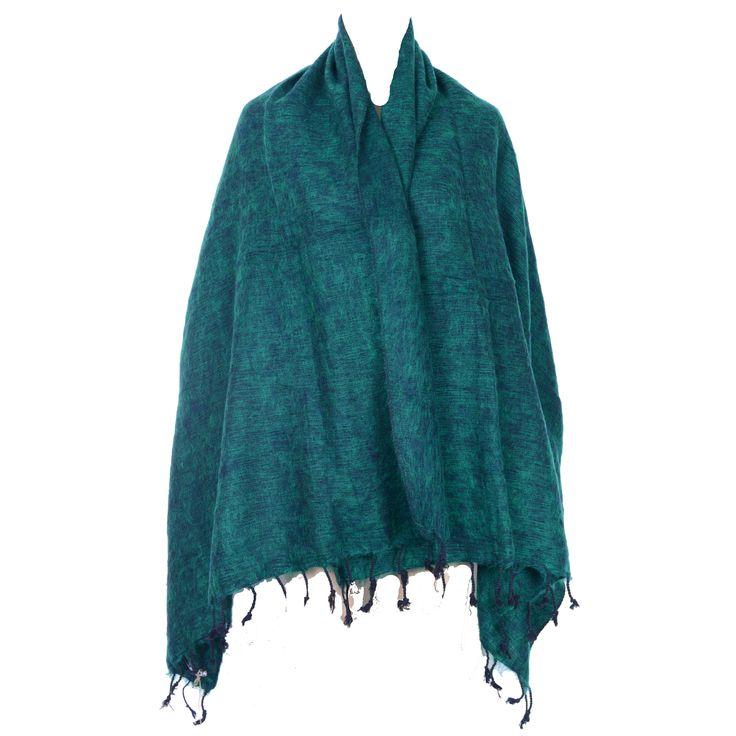 Et varmt uldsjal til at lune sig på en kold vinterdag. Håndvævet i Nepal. Kr. 199,-