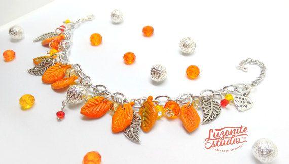 Pulsera de otoño con hojas de arcilla polimérica y metal hecha