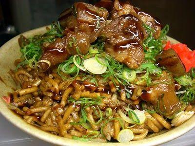 Sobameshi - Fideos y arroz frito  2 cucharaditas de aceite  120g de carne de cerdo o de ternera (cortada en trozos pequeños)  1/4 de cebolla, finamente cortada  1/2 taza de col china en trocitos  1 paquete de fideos chuka o fideos de trigo (cocidos al vapor, cortados en trozos de longitud 1,5 o 2cm)  2 tazas de arroz cocido al vapor  2 cucharadas de caldo Dashi (caldo de pescado japonés)  2 cucharadas y 1/2 de salsa Worcester
