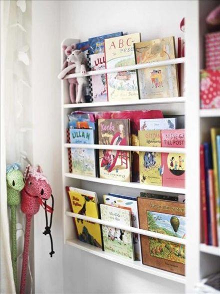 Hylla som gör det lätt att önska kvällens saga. Den här kommer från Farmhouse, men man kan också använda en vanlig tallrikshylla för snygg och praktisk förvaring av barnens böcker, målarböcker och gosedjur. Käpphästar från Rice.