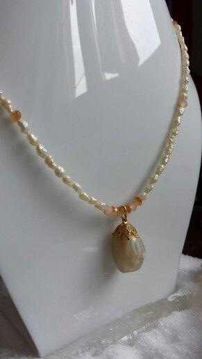 Pietra della Luna insieme alle perle di fiume, ideale per liberare le emozioni e sbloccare il secondo chakra.