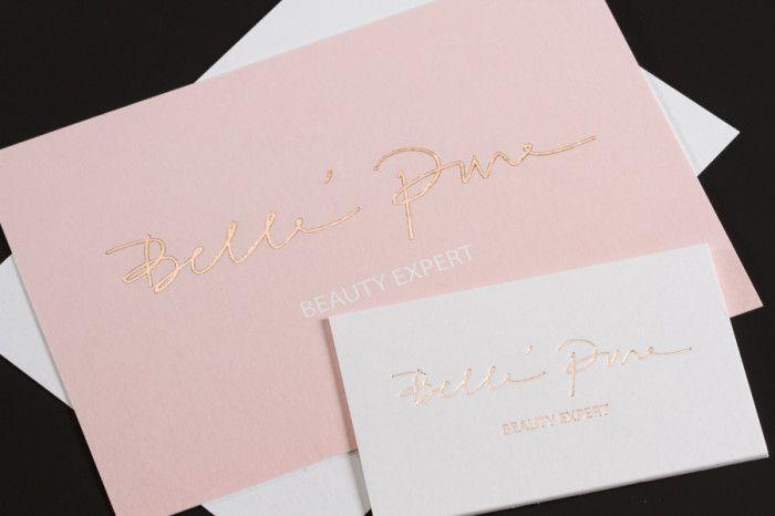 Luxe Letterpress visitekaartje met rosé goudfolie. Op het kaartje is er duidelijk een reliëf-effect. Het luxueuze dikke papier in combinatie met de rosé folie zorgt voor een uitstraling van glitter en glamour. Er werd gekozen om ook bijpassende cadeaubonnen te maken op een lichter papier.