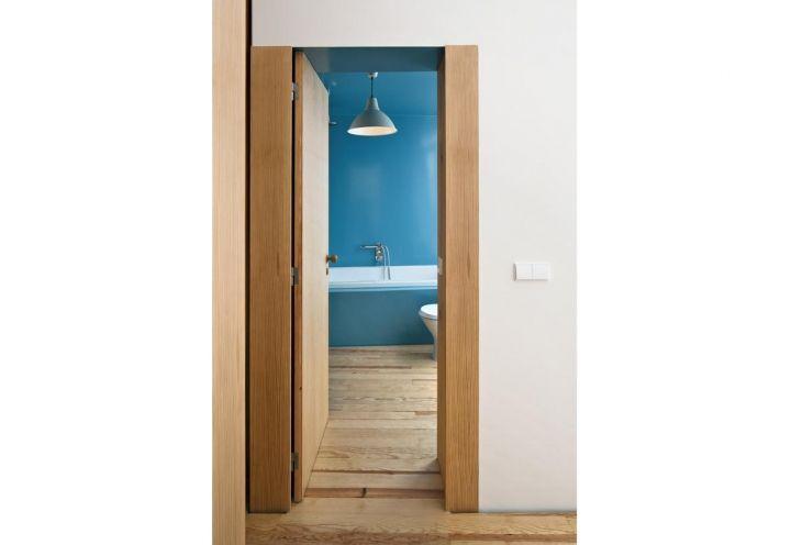 Parquet in legno di ciliegio anche per la stanza da bagno di Flower House, posta al primo piano. Le pareti sono state dipinte di un brillante azzurro cielo, lo stesso della vasca da bagno