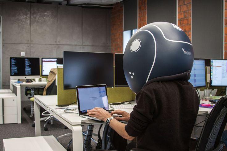 Helmfon - уникальное устройство в виде шлема, которое полностью блокирует внешние и внутренние звуковые волны.