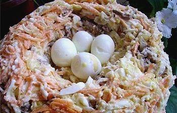 """Салат """"Гнездо"""" (указанные в рецепте яйца не лепить, а использовать сваренные вкрутую куриные или перепелиные)"""