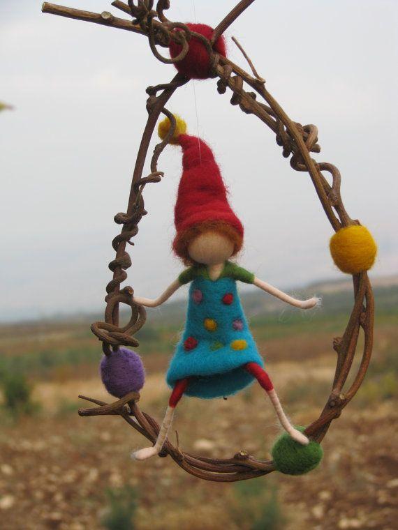 Waldorf inspirado vivero fieltro aguja móvil con gnome feliz