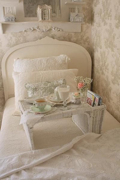 Lovely headboard, bedding, wallpaper <3