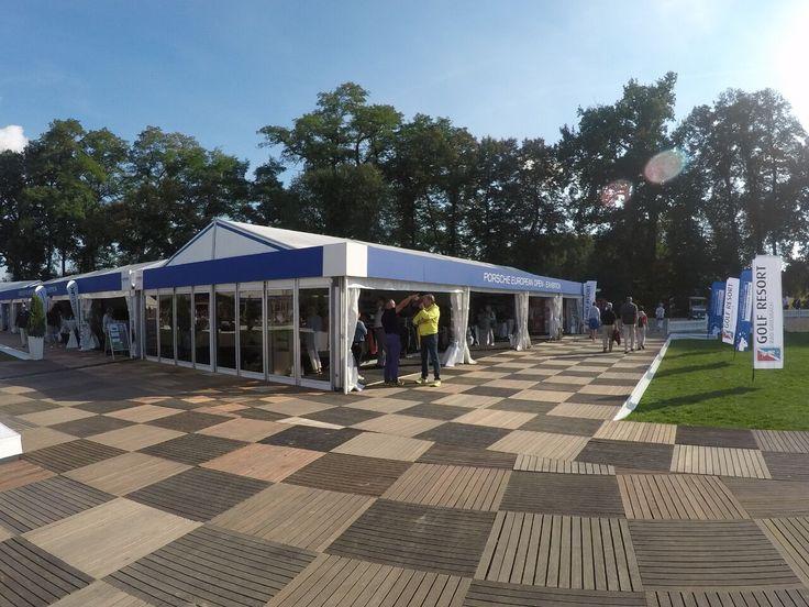 Ca. 1.000 m² Aluhallen mit umlaufenden Terrassen als Zuschauerwegen standen im Public Bereich im Zeichen der Porsche European Open.