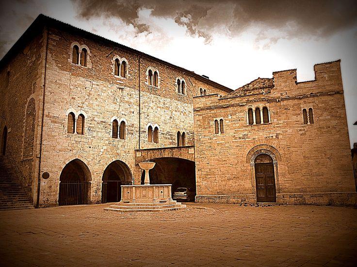 In Bevagna | Umbria | Italy - Bevagna | Piazza Silvestri è tra le più importanti piazze medievali della regione.  Bevagna | Piazza Silvestri is one of the most important medieval squares in the region.