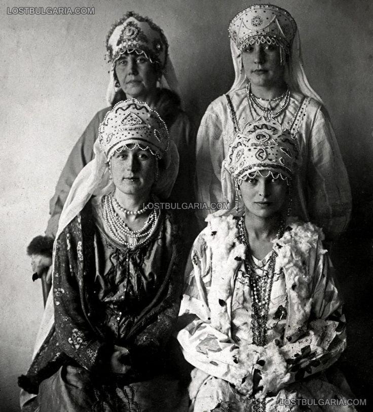 Женщины в русской эмиграции, одетые в национальные костюмы. Вероятно, Варна, 20-х годов ХХ века