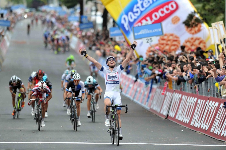 Matera, 8 maggio 2013 – Sul traguardo in leggera salita di Matera è il talento tedesco John Degenkolb (Team Argos Shimano) a vincere a braccia alzate. Alle sue spalle sono giunti lo spagnolo Angel Vicioso (Katusha) e l'altro tedesco Paul Martens (Blanco Pro cycling Team). Luca Paolini (Team Katusha) ha conservato la Maglia Rosa.