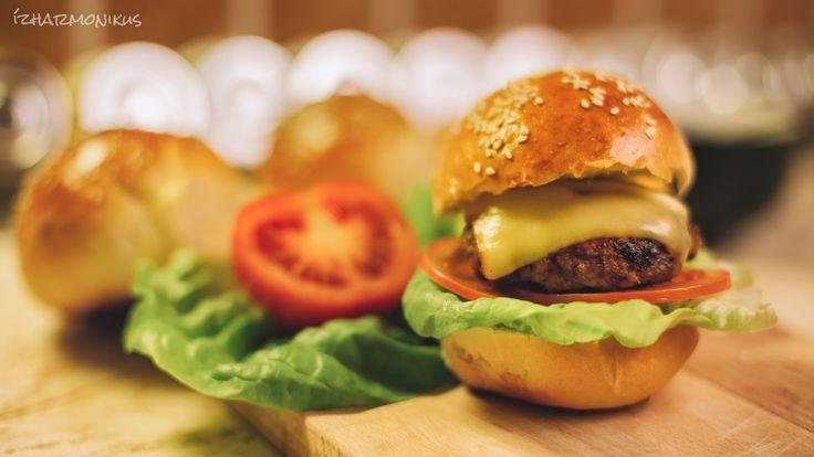 ízharmonikus: Hamburger – házi készítésű hamburgerzsemlével, húspogácsával, barbecue szósszal és hagymalekvárral
