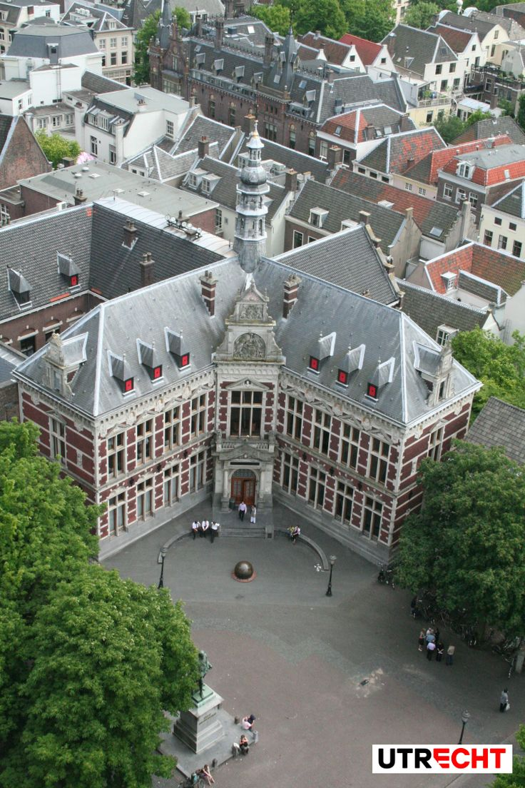 This neo-Renaissance university building dates from 1892 and is the representative and ceremonial heart of Utrecht University.  It was a gift from the citizens and the province of Utrecht to the University of Utrecht for their 250th anniversary in 1886. It took 5 years before construction actually began, due to disagreements about the style of the academy building. The architect Eugen Gugel was eventually build the academy building in the neo-Renaissance style.