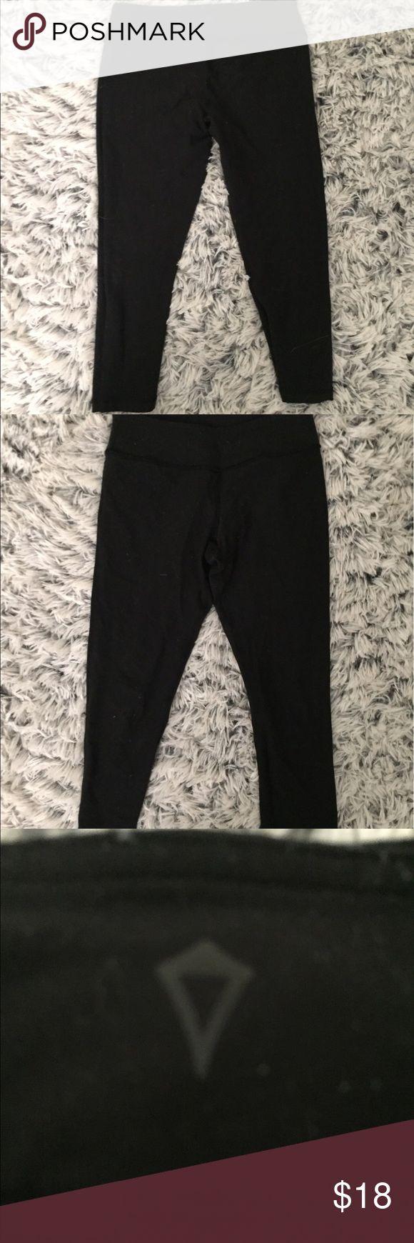 LULULEMON IVIVVA KIDS CAPRI LEGGINGS SIZE 12 The Lululemon's kids brand black Capri leggings in size 12. Very good condition. Ivivva Pants Capris