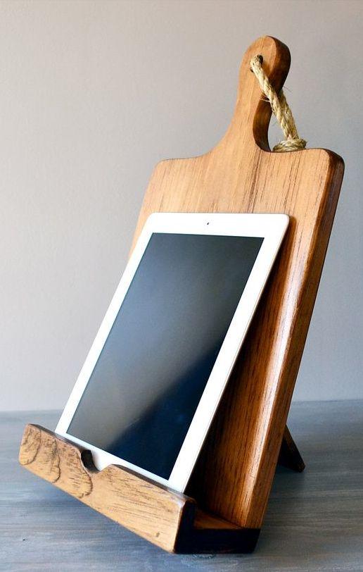 iPad houder, gemaakt van een houten keukenplank. Wat een leuk en simpel idee! Zo kan je tijdens het koken nog even dat ene recept opzoeken.