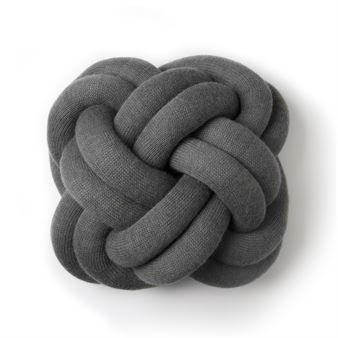 Knot kudde från Design House Stockholm är en blivande designklassiker formgiven av den isländska designern Ragnheiður Ösp Sigurðardóttir. Kudden består av en flera meter lång, stickad