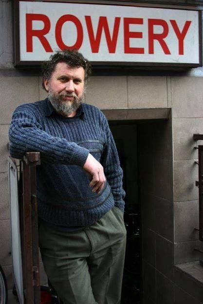 Пан Мечислав. Он самостоятельно ездит в Германию и Голландию, покупает там подержанные, старые велосипеды, ремонтирует их и продает в небольшом магазинчике на ul. Smoleńsk , со стороны Аллей.