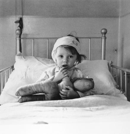 Cecil Beaton Eileen Dunne in the hospital for sick children, 1940