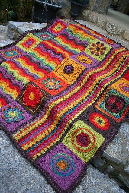 Cobertor de crochê com tiras e quadrados super coloridos