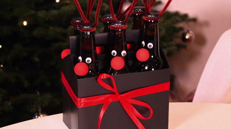 Perfekt att ge bort fick idén av Therese Lindgren (youtube). Du behöver: • tomt Corona/ sol paket • 6 bruna ölflaskor i valfri sort • bruna piprensare, piprensare • 6 röda flirtkulor, panduro • 12 st plastögon, pandor • svart sprayfärg • valfritt band, i detta fallet ett rött. Börja spraya papperspaketet svart, spraya också korkarna på flaskorna. Limma på ögon och flirtkulor. Tvinna därefter piprensarna runt halsen så det blir som horn. KLART