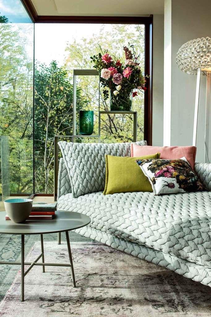 On est intrigué par la texture en relief du canapé - Patrizia Moroso & Patricia Urquiola