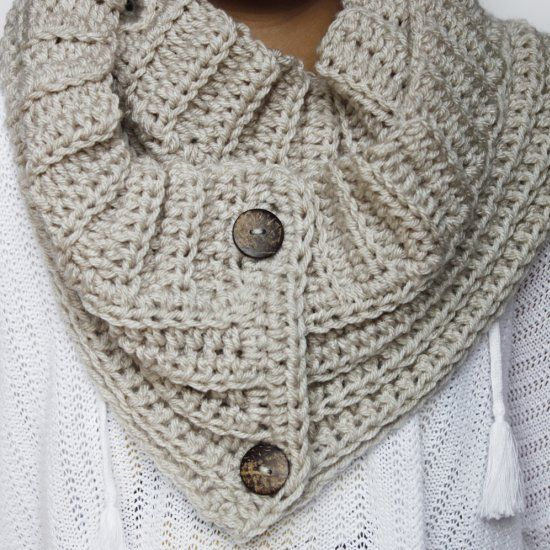 Free crochet pattern for a button crochet scarf - Modern & Stylish for Fall! 🍂