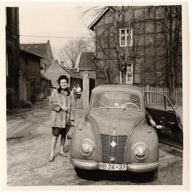 PKW in der DDR /  EMW 309-1 / IFA F 9 Der allgemein unter IFA F 9 bekannte PKW wurde zunächst im Automobilwerk Zwickau entwickelt und gebaut. 1954 übernahm das Automobilwerk Eisenach die Produktion und baute den PKW bis einschließlich 1955 weiter. Der F 9 stellt eine gelungene Konstruktion dar, die leistungsmäßig ohne weiteres mit Mittelklassewagen größeren Hubraums verglichen werden kann. Erwähnenswert ist außerdem die gute Kurvenstabilität, bedingt durch den Frontantrieb.