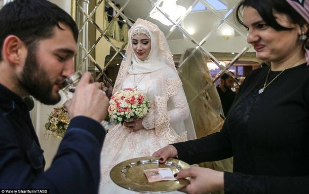 Трехдневная чеченская свадьба, на которой невесте можно только стоять в сторонке http://kleinburd.ru/news/trexdnevnaya-chechenskaya-svadba-na-kotoroj-neveste-mozhno-tolko-stoyat-v-storonke/  Традиционные чеченские свадьбы похожи на настоящие представления с живыми шоу, концертами и танцевальными перформансами. Но все это проходит без главной героини — невесты, которую тщательно наряжают, но которой нельзя участвовать во всем вышеперечисленном. Более того, ее родственникам вообще запрещено…