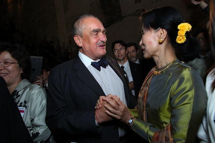 S Karlem Schwarzenbergem se Su Ťij už setkala, v Barmě. Tehdy jí přivezl růži z hrobu Václava Havla zalitou ve skle.