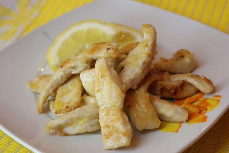 Il pollo al limone è un secondo piatto tipico della tradizione cinese, realizzato friggendo il pollo e condendolo con una salsa al limone