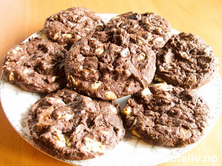 """Er du klar for et trippel nytelsessjokk...? :-) Da kan du lage deg disse herlige, myke, amerikanske sjokoladecookiesene! """"Triple Choc Chip Cookies"""" inneholder både hakket hvit sjokolade, mørk sjokolade og deilig melkesjokolade i tillegg til kakao. NAM NAM NAM!!! Oppskriften gir 30 stk."""