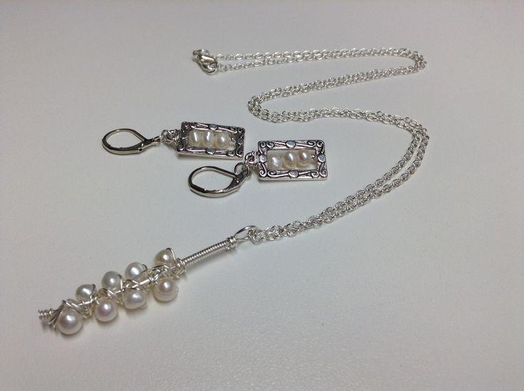 """VENDU Collier et boucles d'oreille de perles #514 Chaîne et breloques de Perles d""""eau douce blanche et de métal anti-ternissement. Boules d'oreille de perles d'eau douce blanche monté sur un fil de métal d'acier inoxydable. Collier de 20 pouces (51 cm) et breloque (45 mm) -Breloques de perles d""""eau douce blanche de 5 mm. Fait main"""