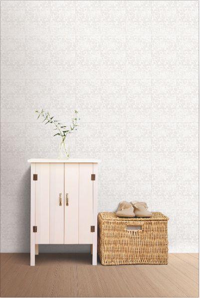 Un espacio donde reina el blanco es perfecto para utilizar elementos contundentes en tu decoración, como mesas y cajoneras.