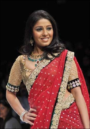 Singer Sunidhi Chauhan looked gorgeous as she walked the ramp in a Shyamal and Bhumika-designed saree.