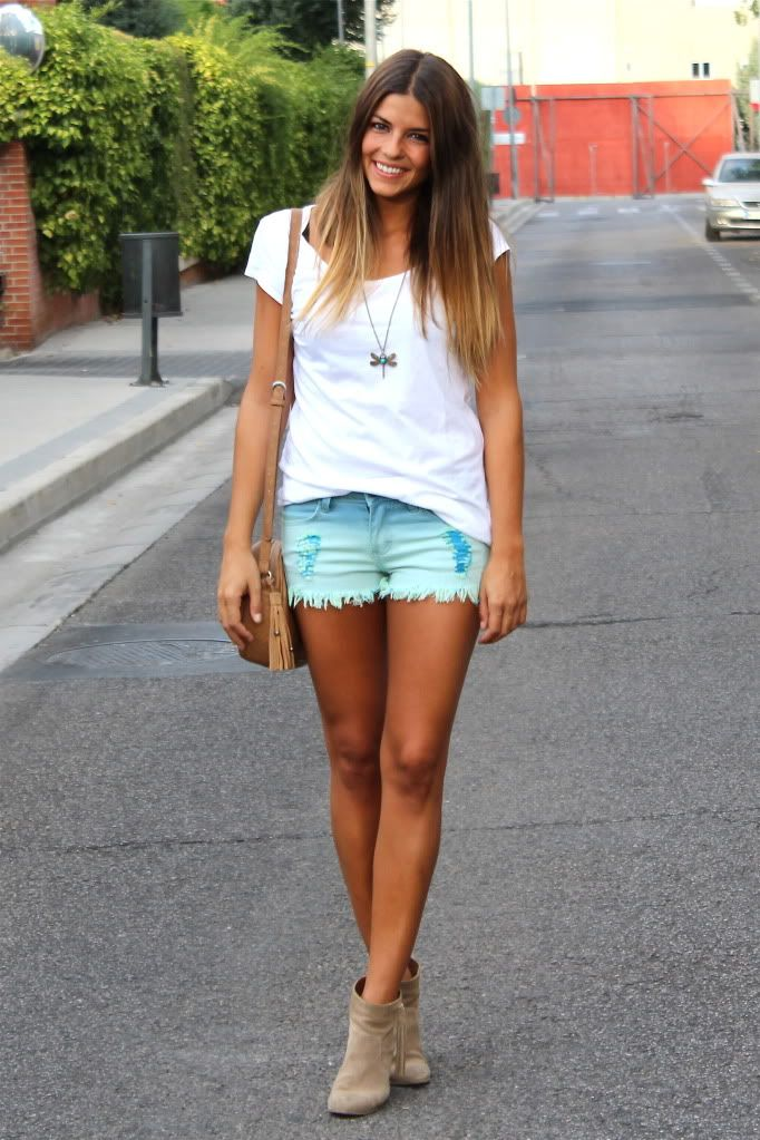 Shorts: Sheinside (New) Collar/Necklace: Sheinside (New) Camiseta/Tee: Zara (Old) Botines/Booties: Hakei (SS 12) Bolso/Bag: Urbaks (Old) You all know that I do love the tie-dye print. That´s the reason why I felt in love with this shorts right away. In a beautiful shades of blue and decorated with seams and flowers in the back pockets, …