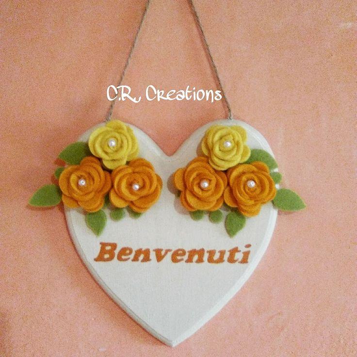 Fuoriporta con cuore in legno dipinto a mano e decorato con rose in feltro #fuoriporta #outdoor #felt #feltro #handmade #rose