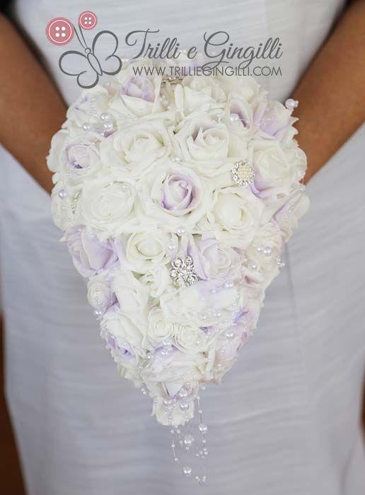 Bouquet gioiello a cascata bianco e lilla con rose e perle. Per un matrimonio elegante! Jewelery bouquet with white and lilla roses for alternative wedding. Vuoi vederne altri? Vai su http://www.trilliegingilli.com/modelli-foto-tipi-bouquet-realizzo/bouquet-gioiello/