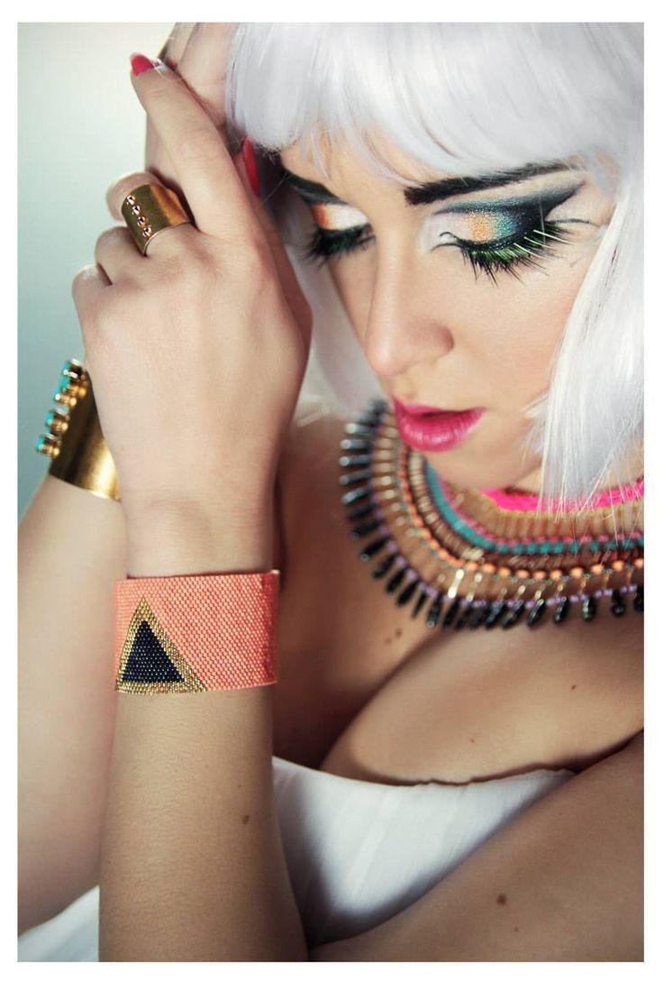 Bracelet inspiré de la somptueuse reine egyptienne Cléopâtre.  C'est un tissage de perles en verre Miyuki Delicas. Plus de 2000 perles composent ce bracelet!  Montage sur ch - 12937731
