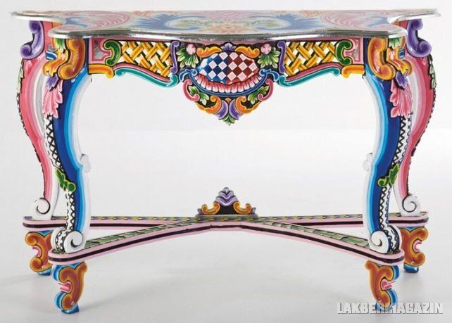 A Kare Ibiza kollekciója izgalmas és meglepő, a bútorok és kiegészítők között találunk asztalokat, szekrényeket, komódokat és tükröket. A design és a minták a modernizált keleti és klasszikus stílusokat ötvözik egy egyedi és globális megjelenésű bútorrá. A Kare Ibiza bútorok kézi festésűek és akác, mangó fákból készülnek.