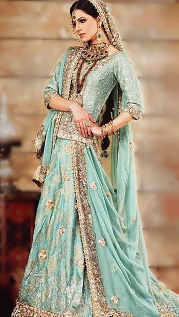 インドの民族衣装、サリーは有名ですね。デザインのかわいらしさから、日本のパーティーシーンでも大人気。こちらはきれいなエメラルドグリーンの花嫁衣装になります。