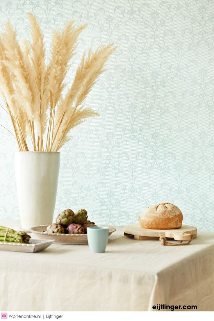 Chambord is een collectie vol lieflijk verlangen, met een rijkdom aan technieken en patronen. Nostalgische bloemen, subtiele ornamenten, lichtglanzend damast, een ranke streep. Vol subtiele tinten, van parelmoer, jade en champagne tot fris zachtgeel, lila, linnen en romige chocola. Chambord vult uw huis en hart met mooie momenten en tijdloze nostalgie.