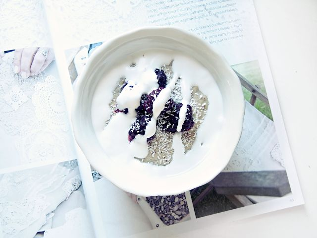 Healthy quinoa porridge with homemade coconut yoghurt and blackberries