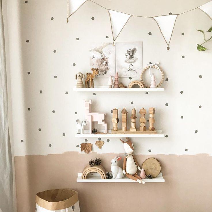 Kinderzimmer Mädchen Junge Idee einrichten Wandgestaltung Regale Wandsticker Tupfen mini 🌿 www.petite-voyou.com🌿 Babyzimmer Maileg Holzspielzeu…