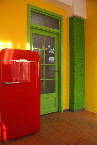 Покраска двери под стекло в зеленый цвет и окрашенный холодильник в ярко красный оттенок
