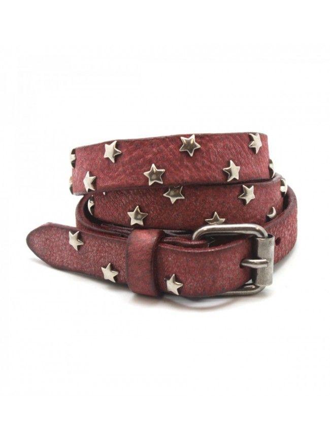 Cinturón de piel con tachuelas estrellas borgoña MAISON SCOTCH