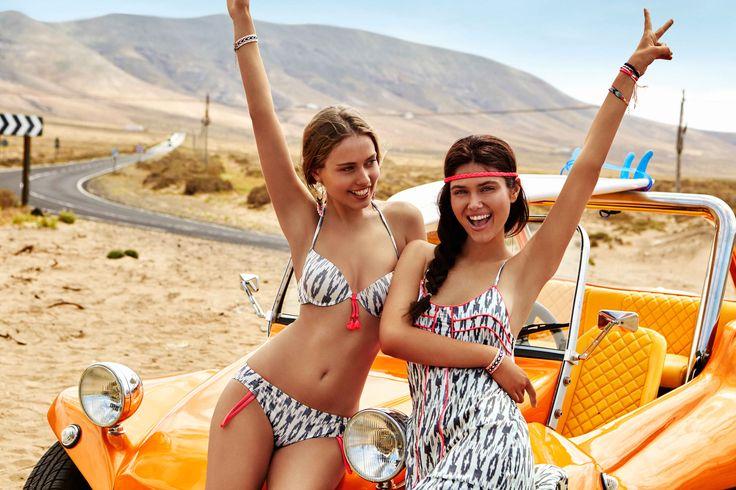 #Sujetador #bikini push up +1 con aro de #estampado #étnico. Detalle de cordones en el centro a contraste en #rosa #flúor. Posee tirantes con doble posición. #Braguita #bikini con #estampado #étnico. Posee cordones ajustables en laterales en #rosa #flúor.