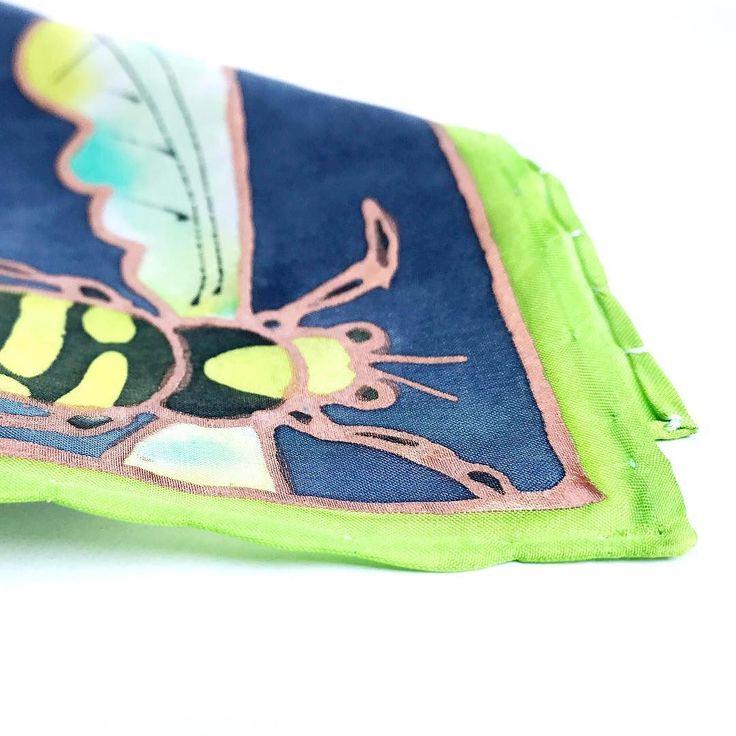 It's so hot the little ones are hiding in the shadow.  #bugs #insects #wasp #bugdesign #bugpattern #pocketsquare #etsyseller #etsyshop #silkscarf #selyemkendő #férfidivat #kiegészítő #öltöny #magyardivat #magyartervező #ikozosseg