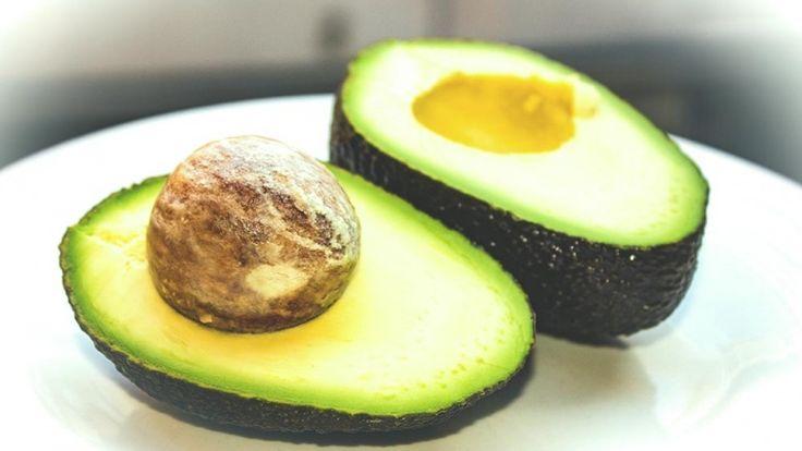 Avocado, ricette estive con avocado, avocado al forno con uovo e pancetta