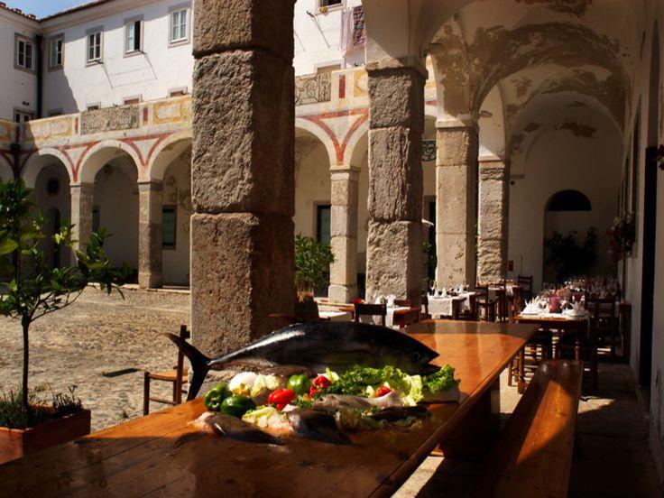 A Travessa - В бывшем монастыре 17 века работает один из лучших ресторанов города. кроме жаркого из свинины и телятины, есть,  дикие грибы под трюфельным соусом. В меню много португальских вин, и из них надо попробовать красные из региона Доуро.